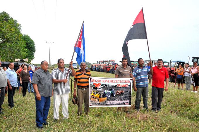 Abanderan  pelotón de preparación de tierra en Bayamo