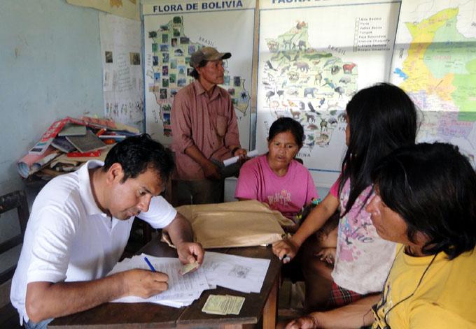 Gobierno boliviano beneficia a los campesinos con entrega de tierras