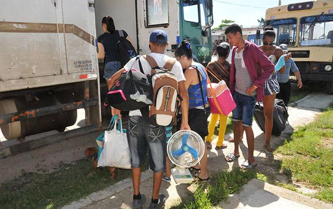 Villaclareños atentos y a la espera de Irma (+ fotos)