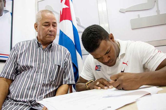 Otros tres deportistas cubanos contratados en ligas extranjeras