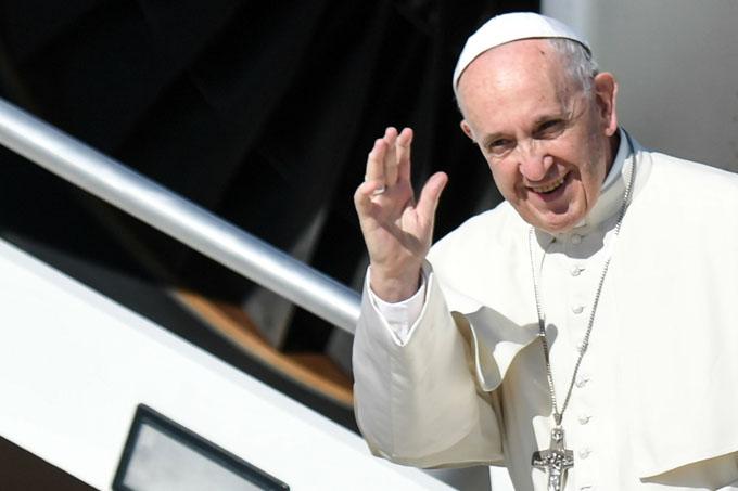 Papa Francisco llega a Colombia en medio de acuerdos de paz