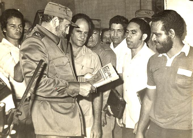 Fidel y su emblemática foto para sala de historia de La Demajagua