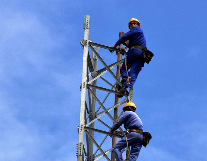 Avanza brigada granmense en montaje de torre radiodifusora (+ fotos)