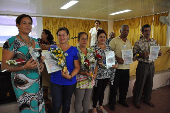 Ministra de Educación entrega reconocimientos a educadores de Granma
