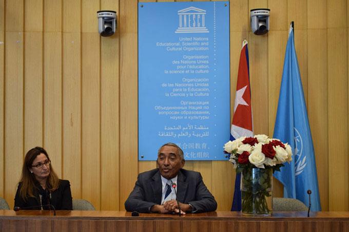 Cosmonauta cubano dialoga en Unesco con grupo latinoamericano