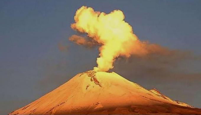 Volcán Popocatépetl con explosiones y exhalaciones continuas