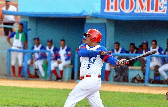 Campeón va por la barrida ante el líder en béisbol cubano