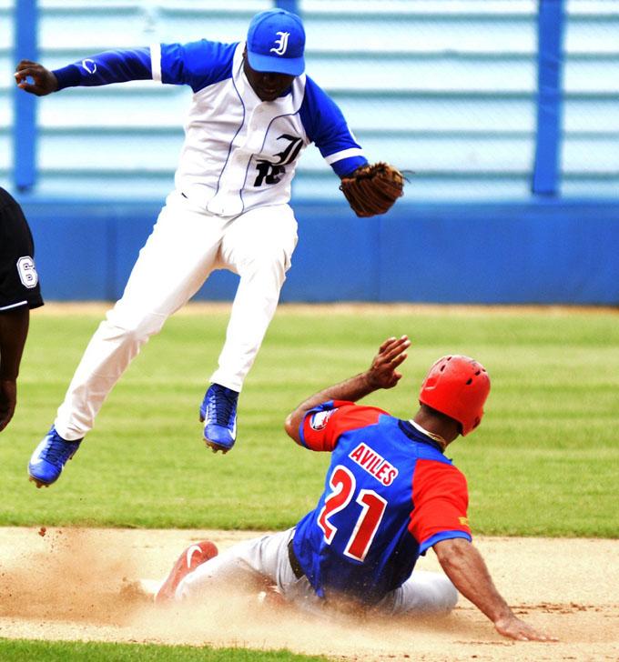 Puntero y sublíder siguen la porfía en béisbol cubano