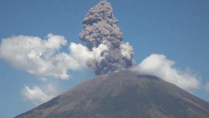 Descartan peligro inminente tras derrumbe en volcán salvadoreño