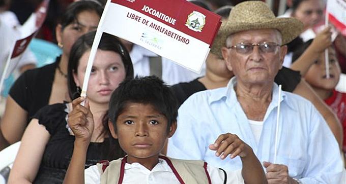 Nuevo logro en lucha salvadoreña contra el analfabetismo