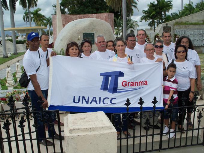 Rinden homenaje a Fidel en cementerio Santa Ifigenia profesionales de la construcción en Granma