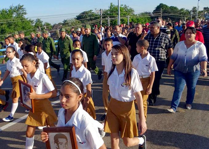Multitud en Bayamo rinde tributo a héroes cubanos (+ fotos)