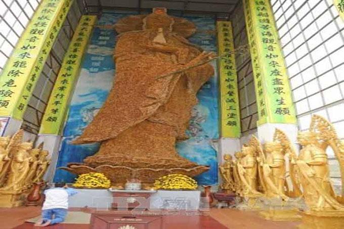 Confeccionan en Vietnam estatua recordista de Buda con flores