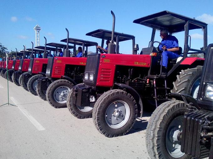 Entregan tractores a la Agricultura en Granma
