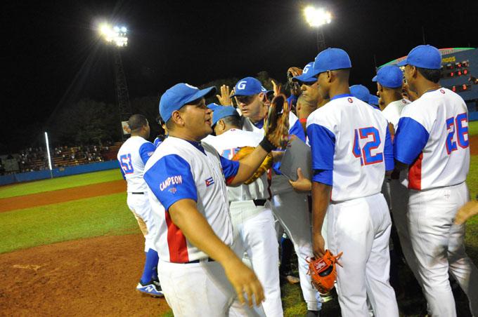 Tras la lluvia Granma saldrá por repetir final en el béisbol cubano (+ fotos y videos)
