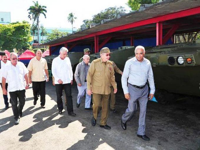 Recorrió Raúl Empresa Militar Industrial en Santiago de Cuba
