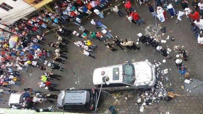 Lanzan basura y pintan autos de Rafael Correa [FOTOS — Ecuador