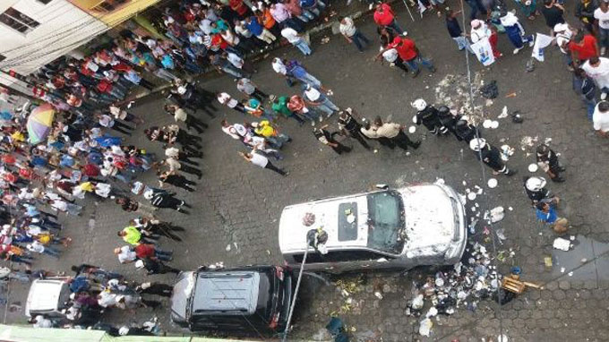 Atacan auto de expresidente Correa durante entrevista radial (+ videos)