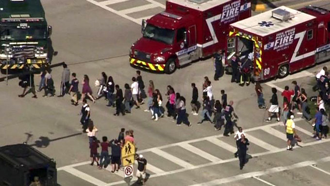 Escuela víctima de tiroteo en EE.UU. reinicia clases y sigue debate