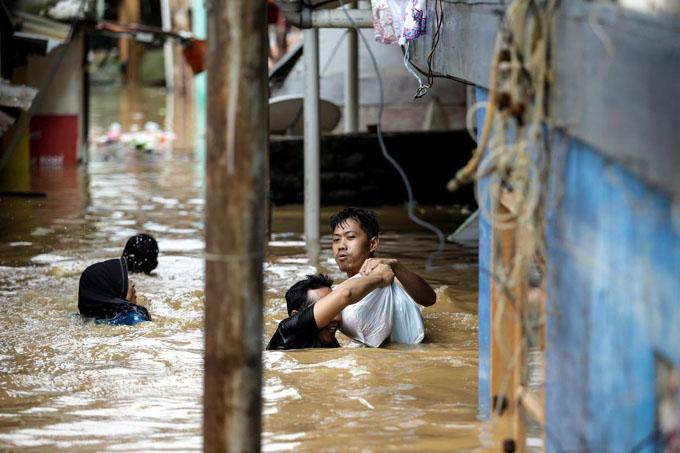 Muertos y miles de evacuados por fuertes lluvias en Indonesia