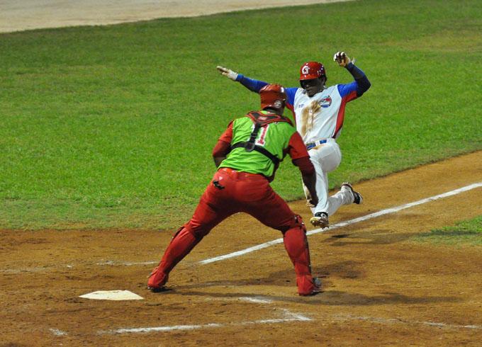 Roel Santos, ¨avioncito¨ del béisbol cubano también en Guadalajara