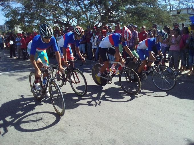 Ciclistas cubanos por mejores marcas desde Cauto Cristo