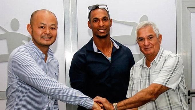 Firma Yurisbel Gracial con equipo SoftBank de la Liga Japonesa