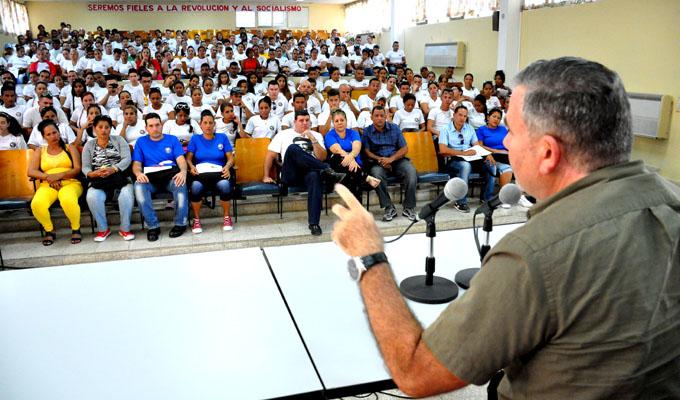Jóvenes cederistas dialogan sobre su quehacer con exagente cubano