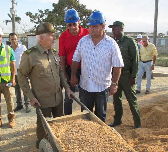 Chequea Ramiro Valdés construcción de bioeléctrica avileña