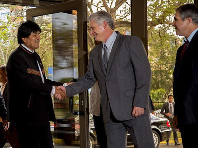 Díaz-Canel y Evo Morales recorren el Centro de Ingeniería Genética y Biotecnología de Cuba