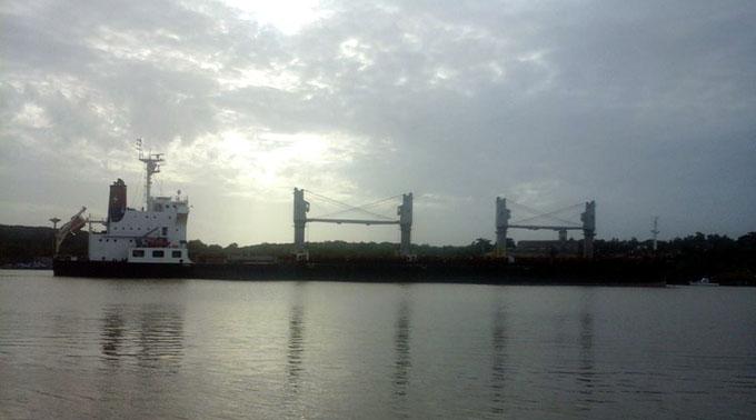 Sacan a flote barco varado en la bahía de Cienfuegos (+ fotos y video)