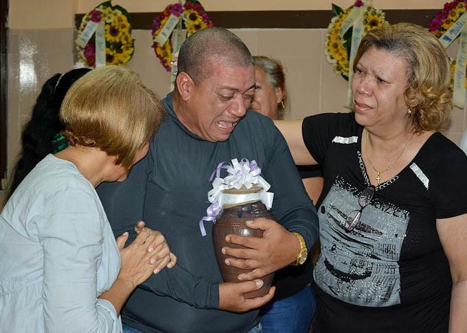 Tributan en Bayamo homenaje póstumo a fallecida en accidente aéreo en La Habana