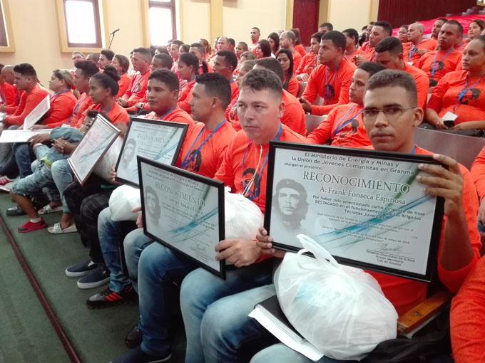 Debaten experiencias profesionales jóvenes del Ministerio de Energía y Minas