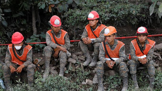 Guatemala suspende las labores de búsqueda tras la erupción volcánica debido a un alto riesgo