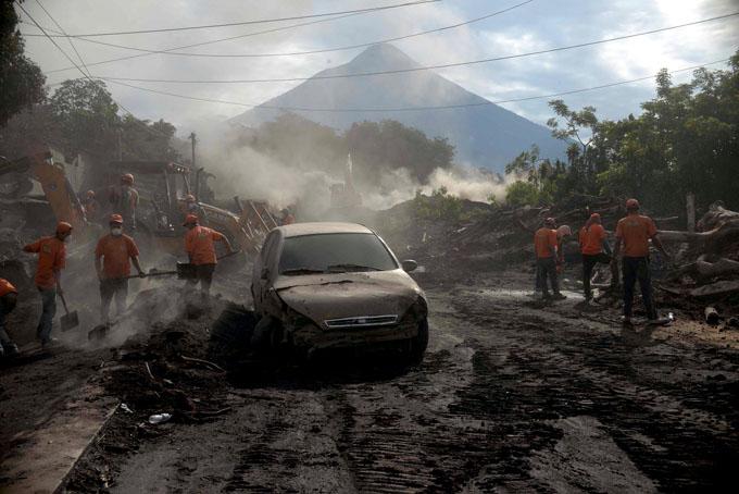 Mantienen la búsqueda de víctimas en Guatemala por erupción de volcán