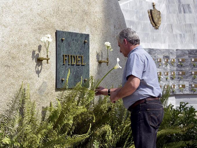 Rinde Díaz-Canel tributo al líder histórico de la Revolución en Santa Ifigenia (+ fotos)