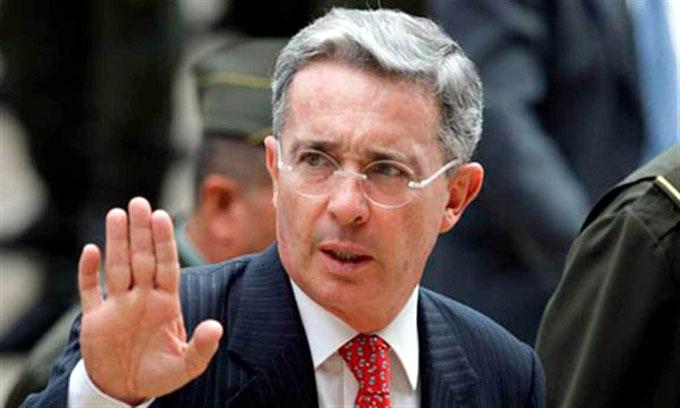 Maremoto político en Colombia por renuncia de Uribe al Congreso (+ fotos)