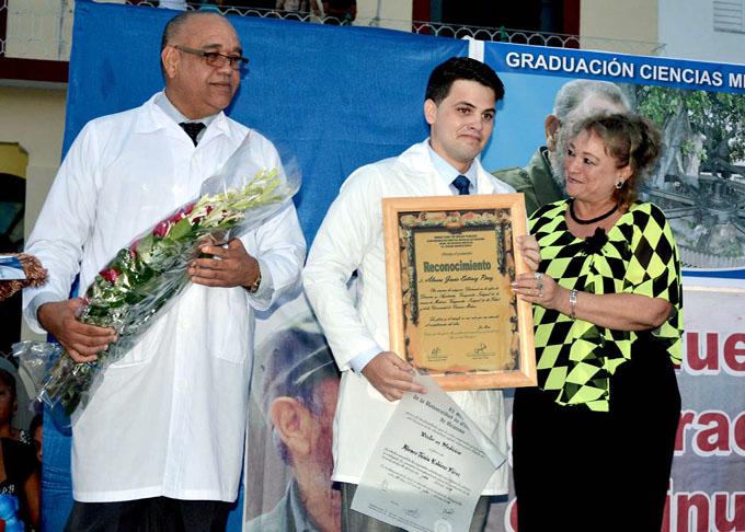 Gradúa Facultad de Ciencias Médicas de Bayamo más de 400 profesionales (+ fotos y videos)