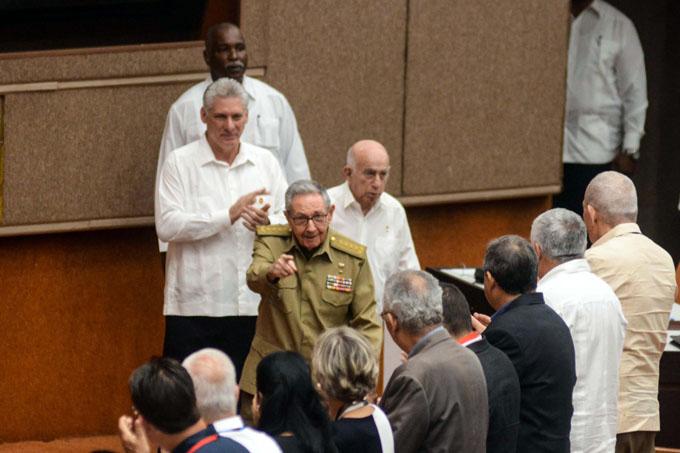 Asisten Raúl y Díaz-Canel a sesión del parlamento cubano