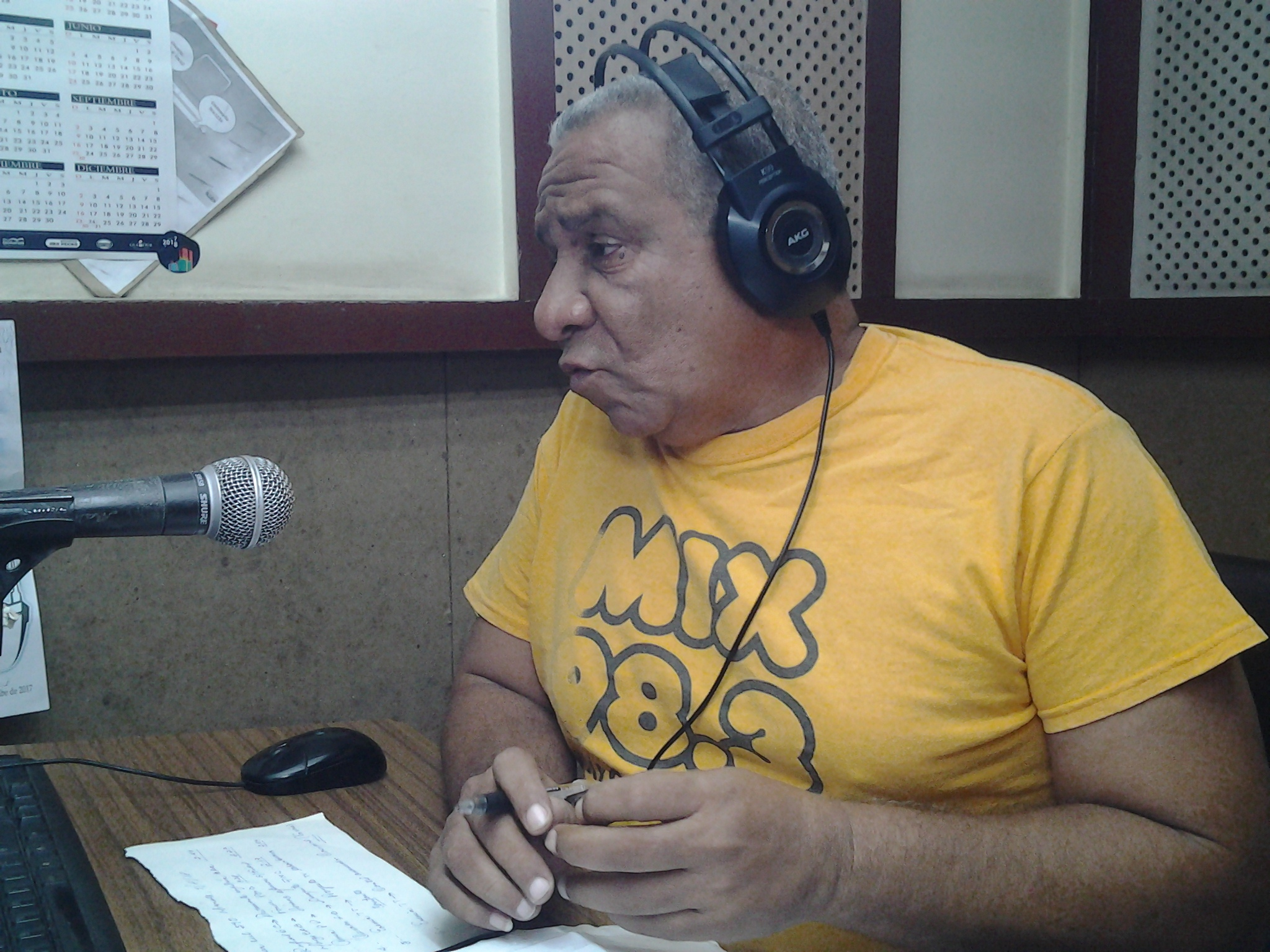 Reverencia feliz al novio de la Radio