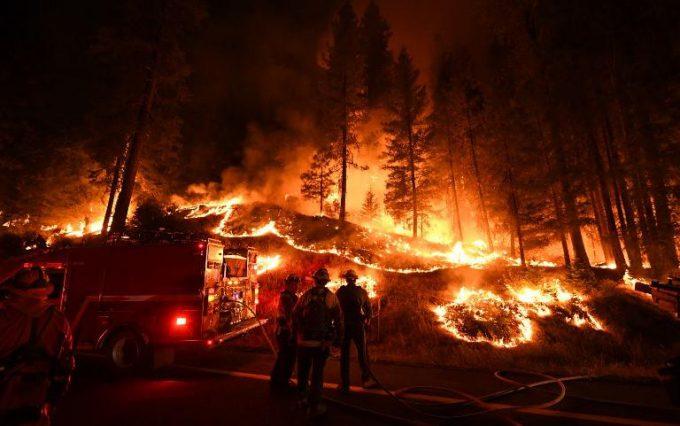 Un voraz incendio consume sin tregua el norte de California