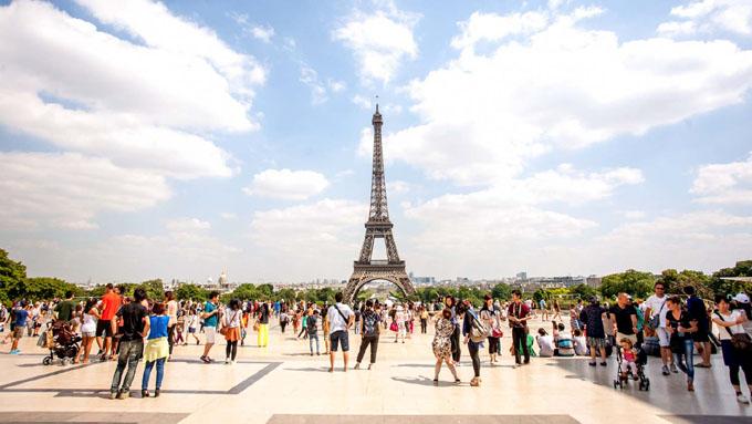 Torre Eiffel vuelve a abrir al público tras huelga