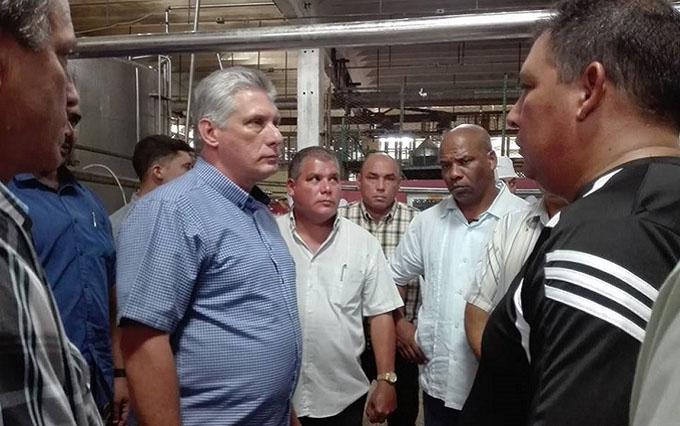 Recorre Díaz-Canel centros de producción y servicios de Villa Clara