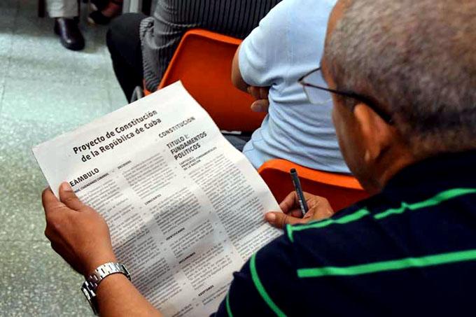 Cubanos en Vietnam debaten proyecto de nueva Constitución