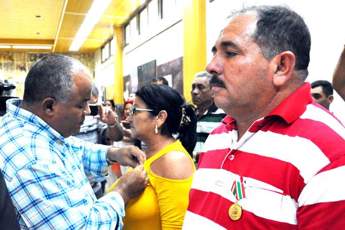 Condecoran a campesinos y dirigentes destacados en Granma