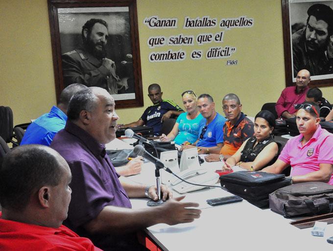 Intercambia máxima autoridad partidista con delegados al Congreso cederista