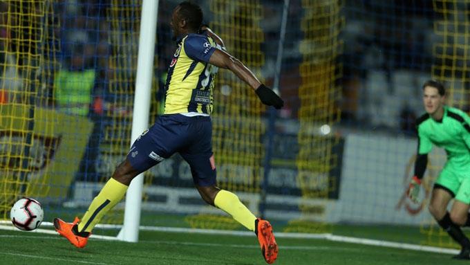 Usain Bolt se estrena como goleador en el fútbol profesional