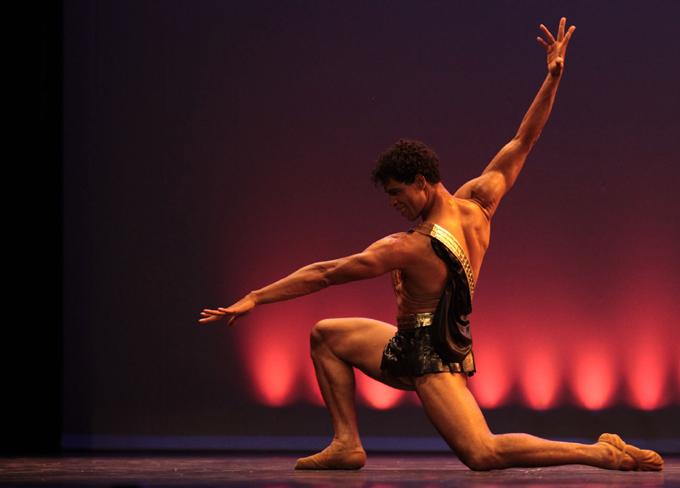 Condecora Real Academia de la Danza del Reino Unido a Carlos Acosta