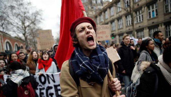 Franceses se movilizan contra política del gobierno de Macron