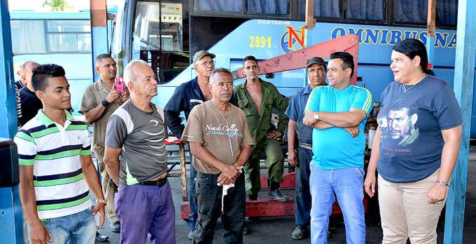 Recorre Mercedes López Acea centros de producción y servicios en Granma